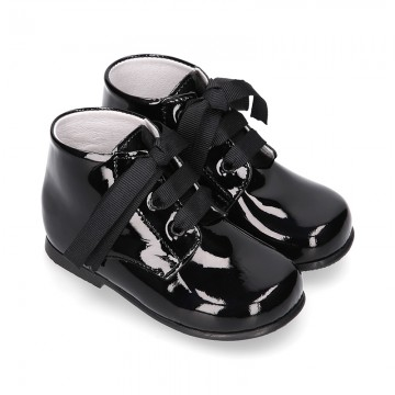 Classic BLACK patent leather ankle boots to dress with ties closure for first steps.