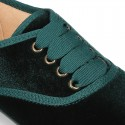 Laces up shoes with ties closure in velvet fabric.