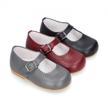 Classic sweet NAPPA leather little Mary Janes with scallop and buckle fastening.