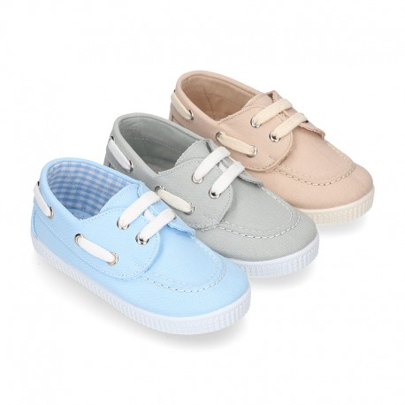Cotton canvas boat shoes with ties closure.