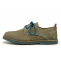 Zapato tipo blucher con cordones, suela y cosidos a contraste en serraje.