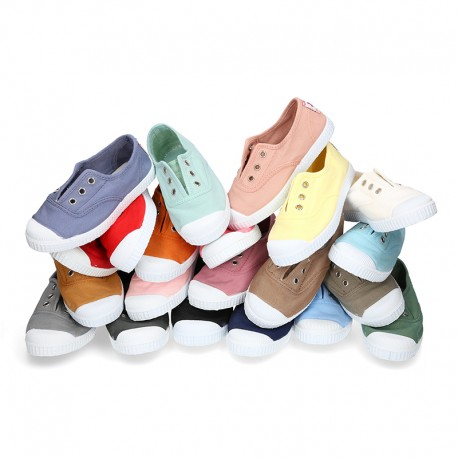Canvas sneakers with elastic bands and rubber toe cap.