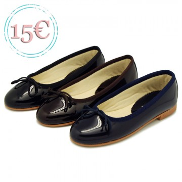 Classic ballet flat shoes with ribbon in patent leather.