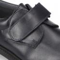Zapato colegial tipo Blucher sin cordones en piel lisa.