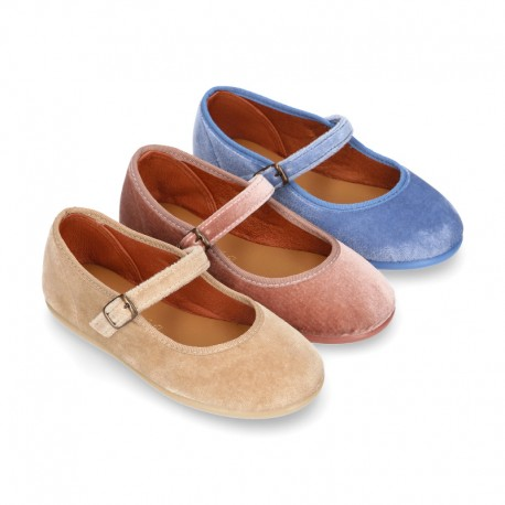 Velvet stylized Girl Mary Jane shoes with buckle fastening.