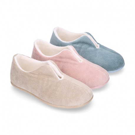 SQUARE design wool knit kids home shoes with central opening.