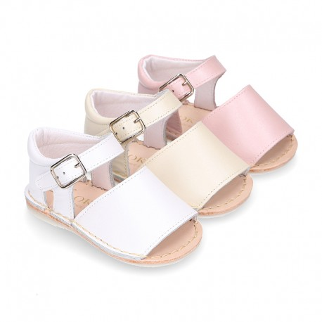 Pearl effect leather Menorquina sandals for babies.