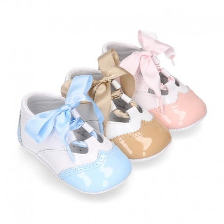 English style shoes in combined patent leather for babies.
