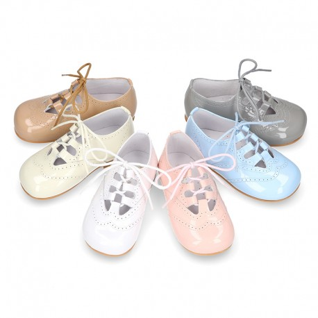 Classic little english style shoes in patent leather and soft colors.