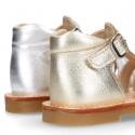 Sandalia niña piel METALIZADA tiras cruzadas con suela super flexible.