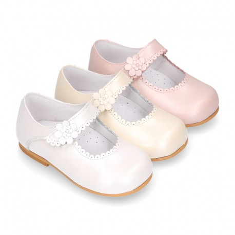 Classic Little Girl Mary Janes with hook and loop strap with FLOWER in pearl nappa leather.