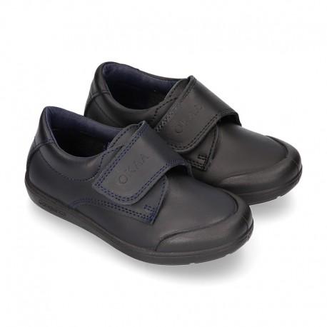 Zapato colegial niño OKAA sin cordones y puntera reforzada en piel lavable.