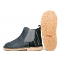 Classic ankle boots with elastic band and metal counter.