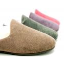 Zapatilla de casa abierta en lana suave.