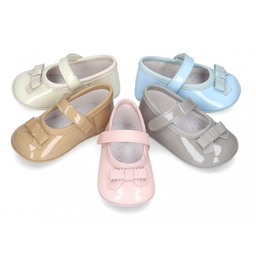 Classic little ballet flat shoes for babies with velcro strap nd ribbon in patent leather.