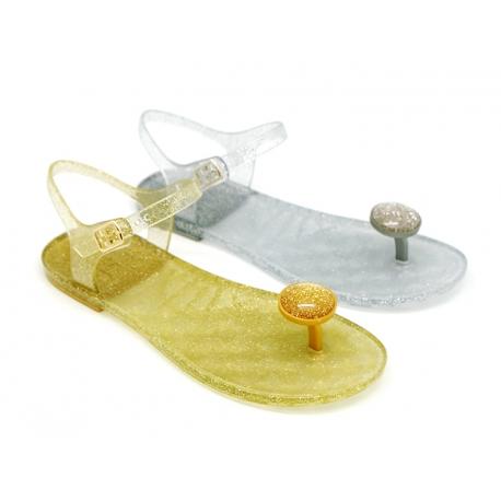 Sandalia de dedo para playa y piscina con hebilla.