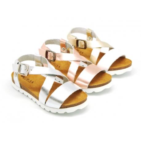 Sandalia Niña Mayor en piel metalizada y suela blanca.