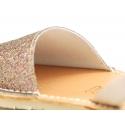 Menorquina Tira en piel extra suave con acabado en brillos.