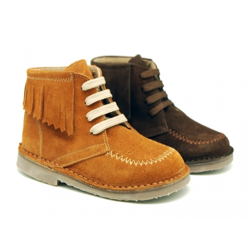 Suede leather ankle boots with fringed and central stitches design.