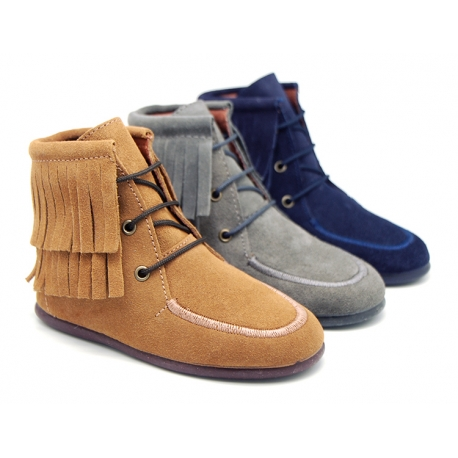 Medium height ankle boots with fringed design in suede leather.