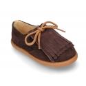 Zapato casual tipo Blucher con lengüeta con flecos en piel serraje.