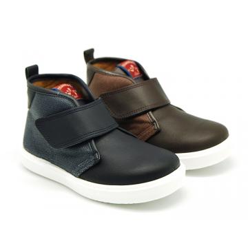 Bota tipo zapatilla combinada con velcro en piel con lona.