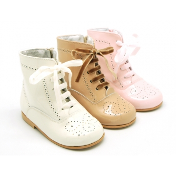Pascuala style boots with english design in soft patent leather colors.