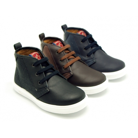 Combined leather with canvas ankle boots tennis style with shoelaces.